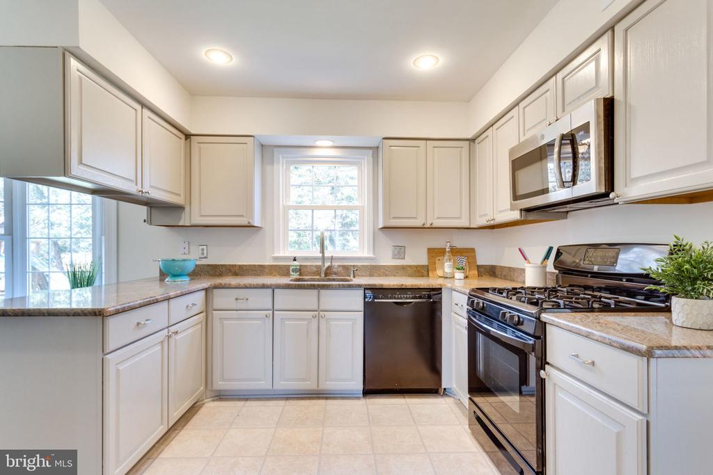 Open kitchen with view of the lush back yard. - 4708 FEDERAL CT, ANNANDALE