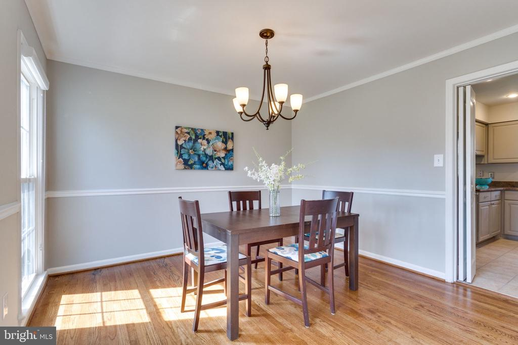 Separate dining room features crown/chair molding. - 4708 FEDERAL CT, ANNANDALE