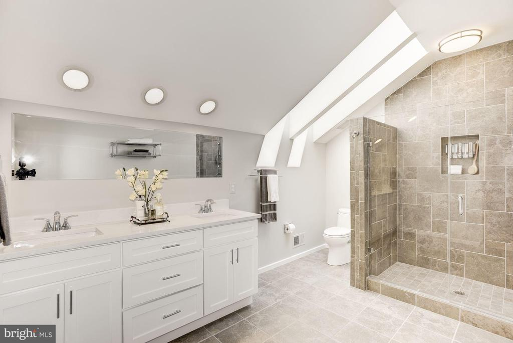 RENOVATED MASTER BATH W/ LARGE SHOWER &  SKYLIGHTS - 11594 NEWPORT COVE LN, RESTON