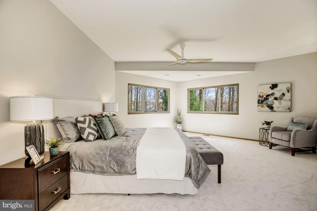 RETREAT AND RELAX WITH STUNNING TREED VIEWS - 11594 NEWPORT COVE LN, RESTON