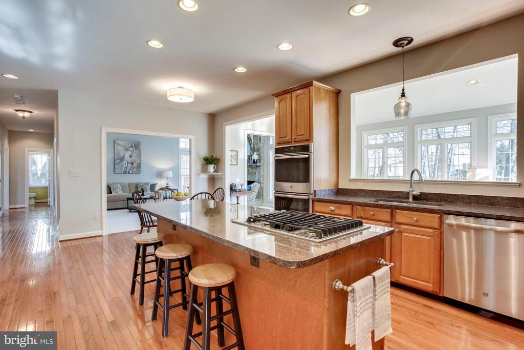 Center Island w/Gas Cooktop and Breakfast Bar - 26158 GLASGOW DR, CHANTILLY