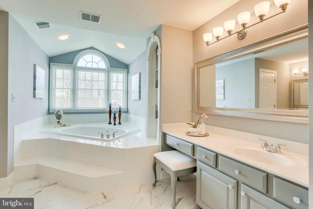 Spa-Like Owner's Bath - 26158 GLASGOW DR, CHANTILLY