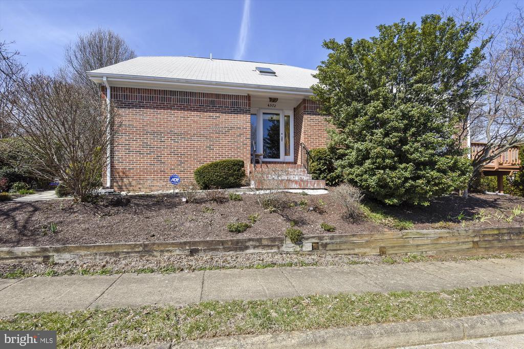 Brick Front home offers main level living. - 4572 SHETLAND GREEN RD, ALEXANDRIA