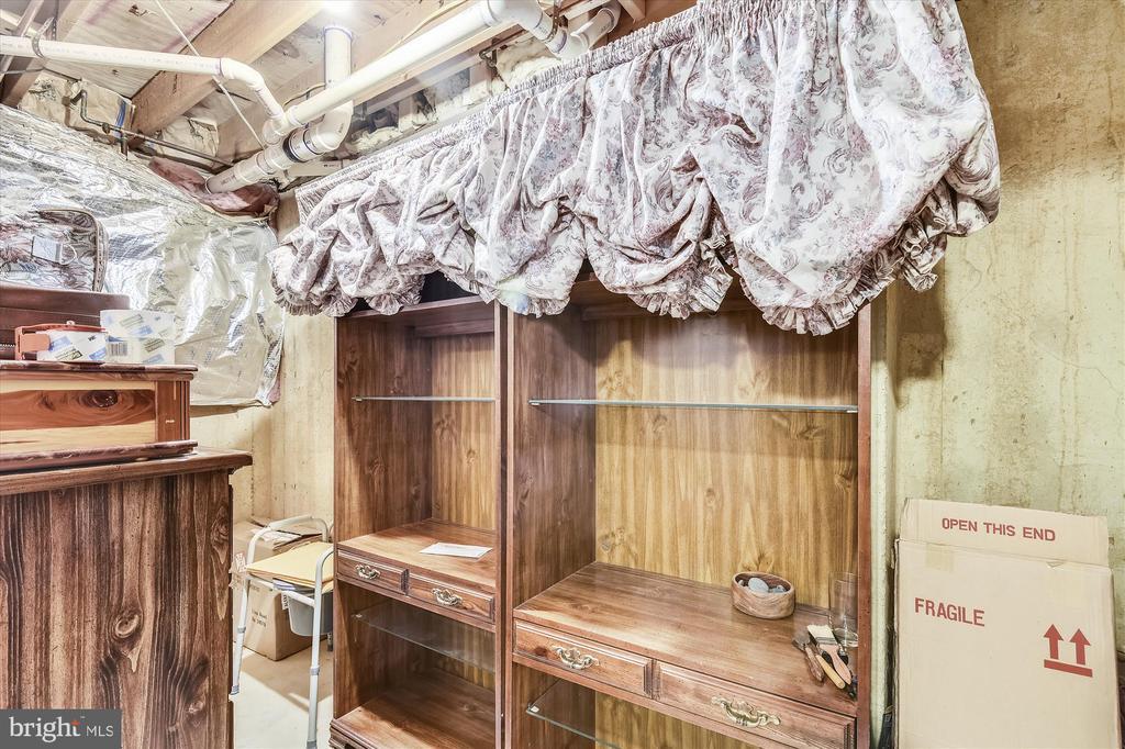 lower level includes off, den, strg & util rooms - 4572 SHETLAND GREEN RD, ALEXANDRIA