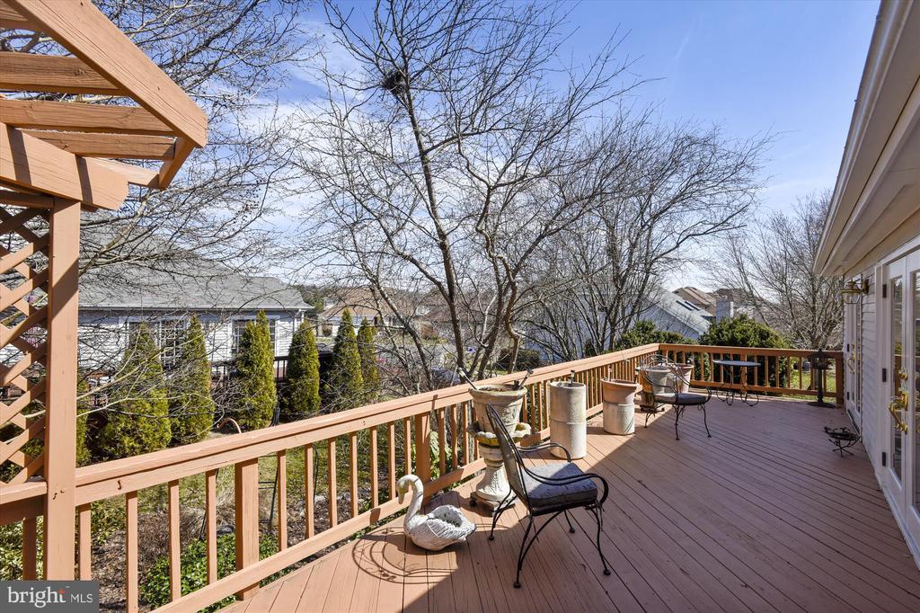 outside deck with pergola - 4572 SHETLAND GREEN RD, ALEXANDRIA