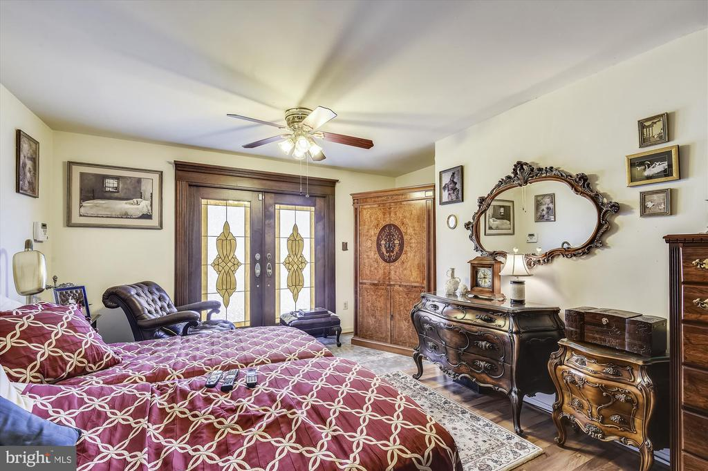 Main Level Master Suite w/ Doors to Deck - 4572 SHETLAND GREEN RD, ALEXANDRIA
