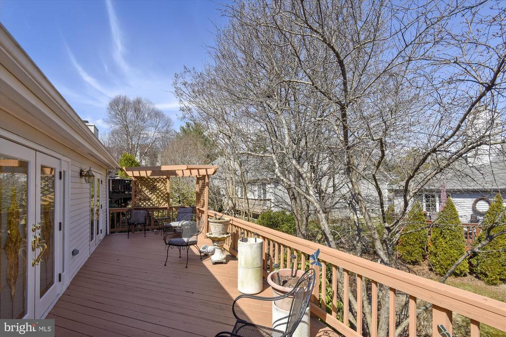 lengthy deck provides ample entertaining space - 4572 SHETLAND GREEN RD, ALEXANDRIA