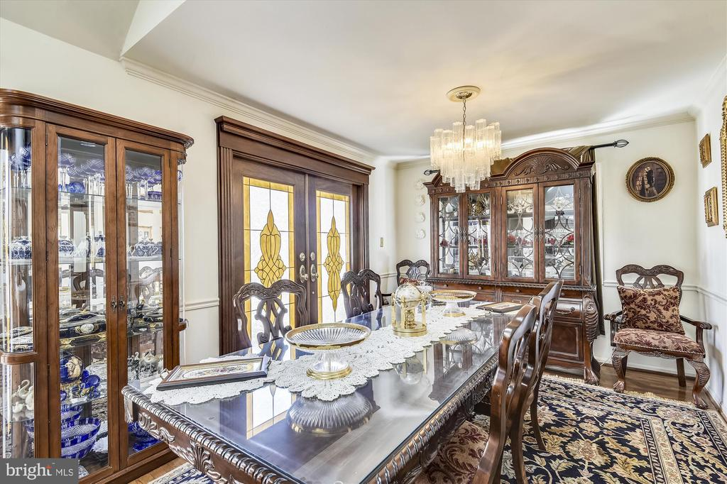 Formal dining room, stained glass windows - 4572 SHETLAND GREEN RD, ALEXANDRIA