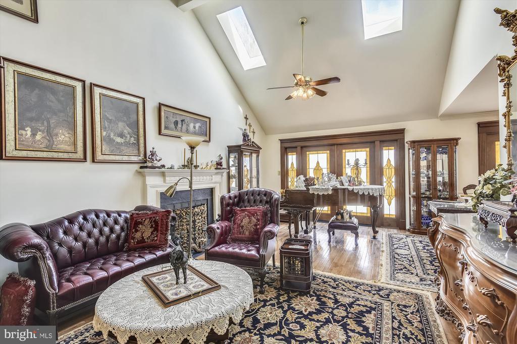 27' Living Room, vaulted ceilings - 4572 SHETLAND GREEN RD, ALEXANDRIA