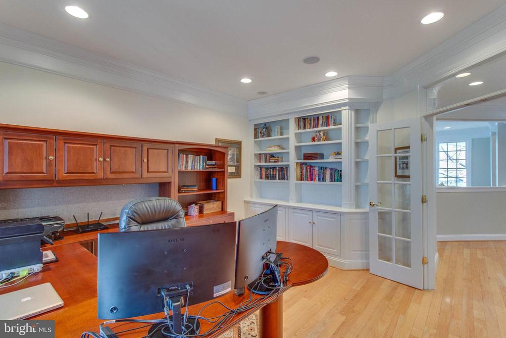 convenient built-in bookshelf in office - 42760 RIDGEWAY DR, BROADLANDS