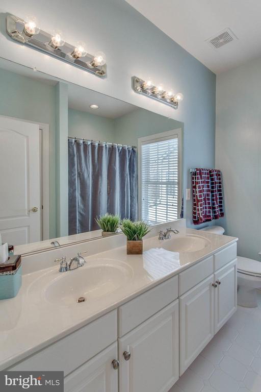 Upstairs hall bathroom w/dual sinks - 42760 RIDGEWAY DR, BROADLANDS