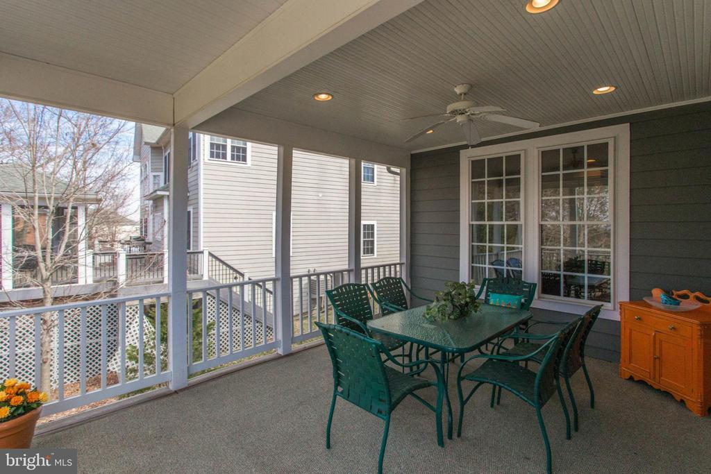 Screened in porch perfect for dining al fresco - 42760 RIDGEWAY DR, BROADLANDS