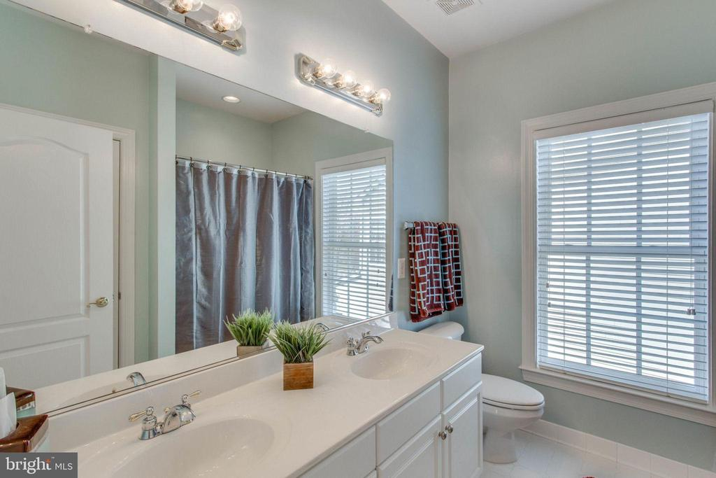 Upstairs hall bathroom w/dual sinks - 42760 RIDGEWAY DR, BROADLANDS