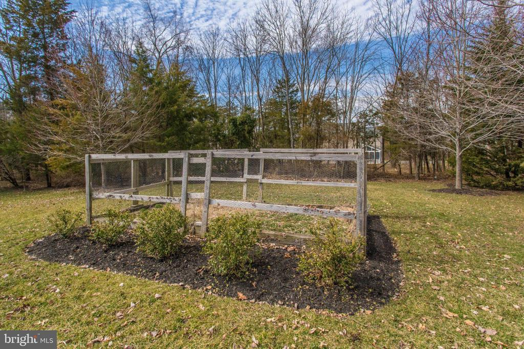 Perfect place to garden - 42760 RIDGEWAY DR, BROADLANDS