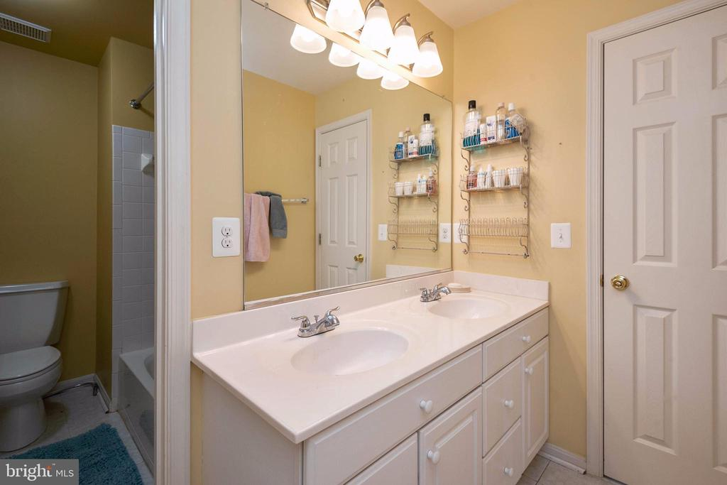 Hall b ath with separated areas - 8153 SILVERBERRY WAY, VIENNA