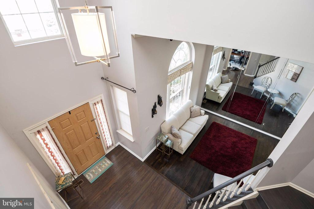 2 story view from upper level to living room . - 8153 SILVERBERRY WAY, VIENNA