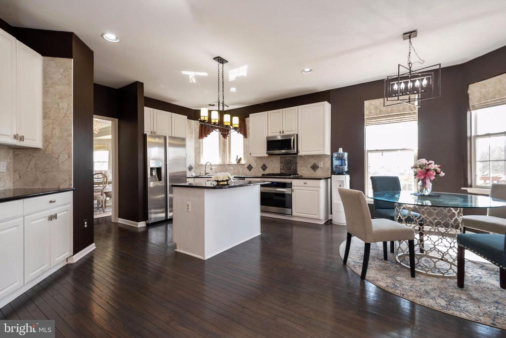 open kitchen with SS appliances & breakfast area. - 8153 SILVERBERRY WAY, VIENNA