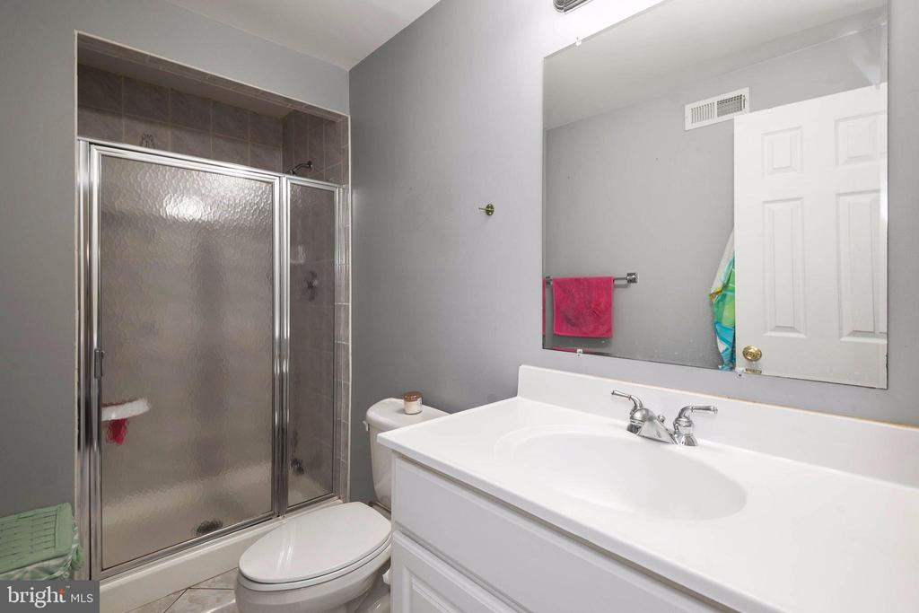 Full bathroom with tub on lower level - 8153 SILVERBERRY WAY, VIENNA