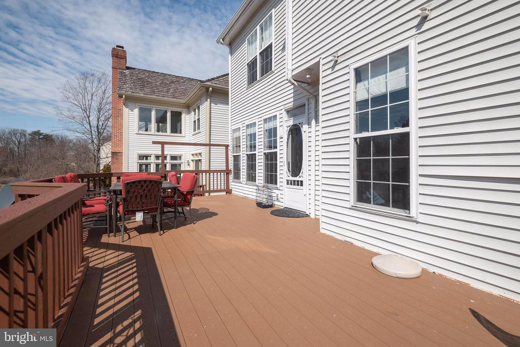 Nice wide deck for relaxing - 8153 SILVERBERRY WAY, VIENNA