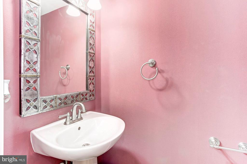 Elegant half bathroom - Guest bath - 6393 HAWK VIEW LN, ALEXANDRIA