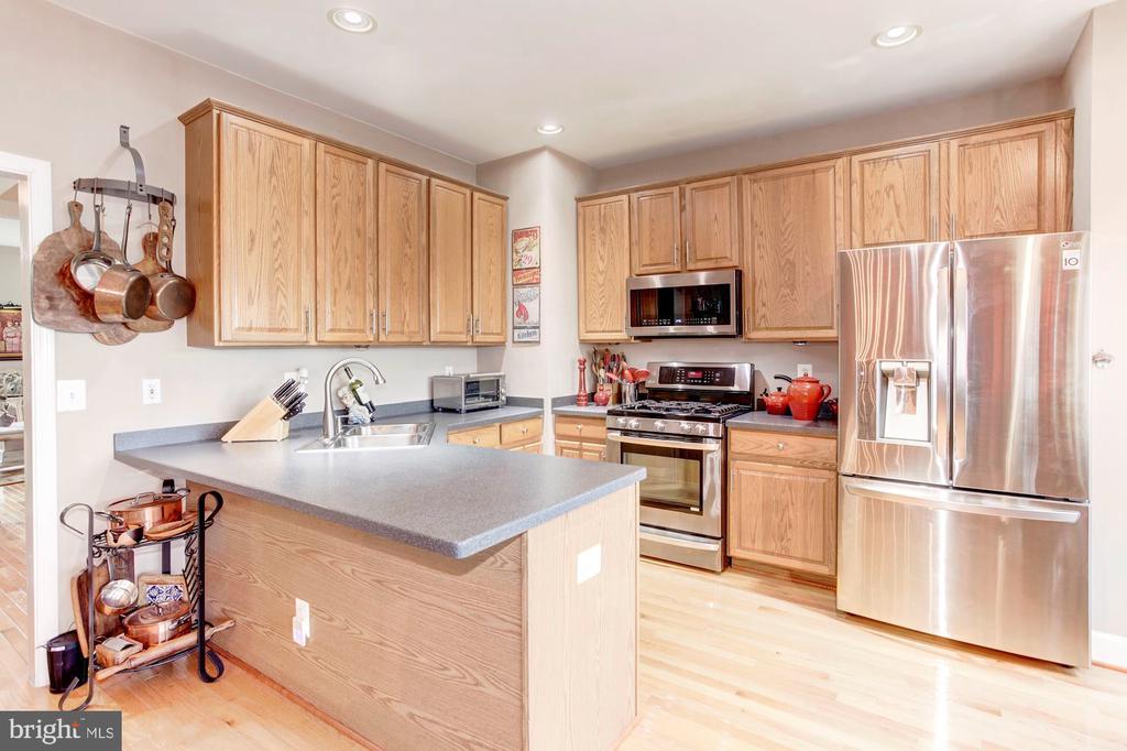 Hardwood floors throughout the kitchen - 6393 HAWK VIEW LN, ALEXANDRIA