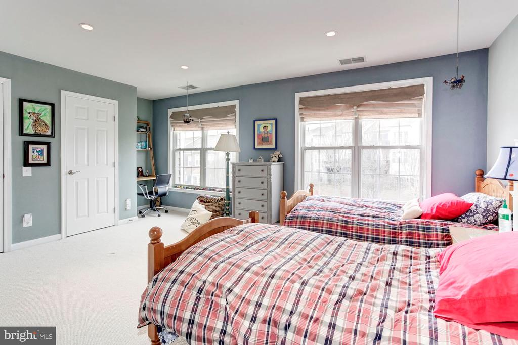 Large, Spacious, Cozy 2nd Master Bedroom - 6393 HAWK VIEW LN, ALEXANDRIA