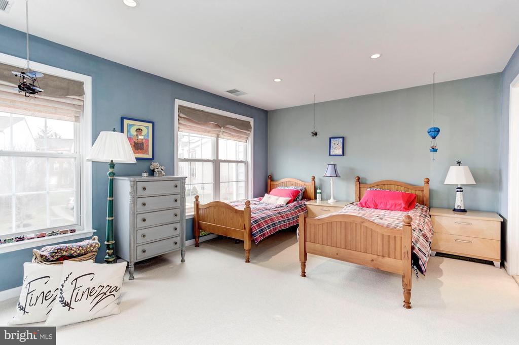 Lovely and flooded with natural light - 6393 HAWK VIEW LN, ALEXANDRIA