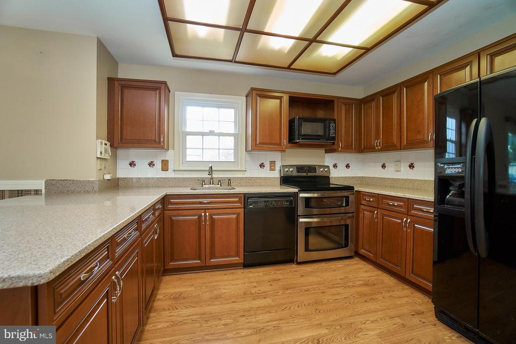 Updated Appliances and Beautiful Cabinets - 5537 BELLE POND DR, CENTREVILLE