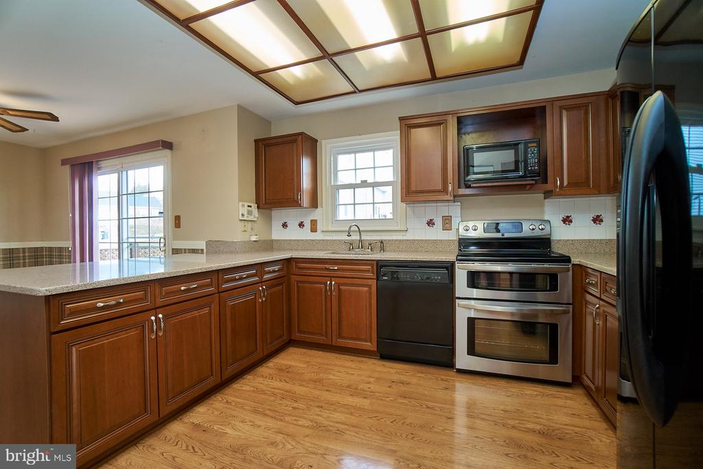 Updated Kitchen has Silestone Cabinets - 5537 BELLE POND DR, CENTREVILLE