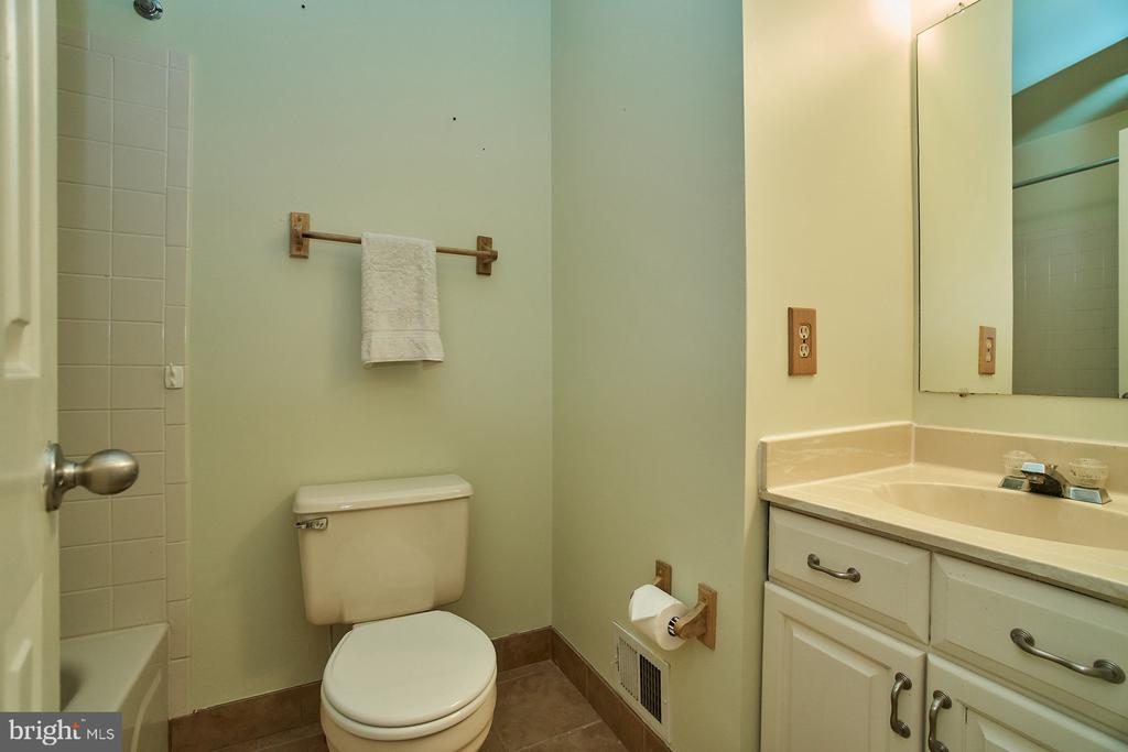 Upper Level Hallway Bathroom - 5537 BELLE POND DR, CENTREVILLE