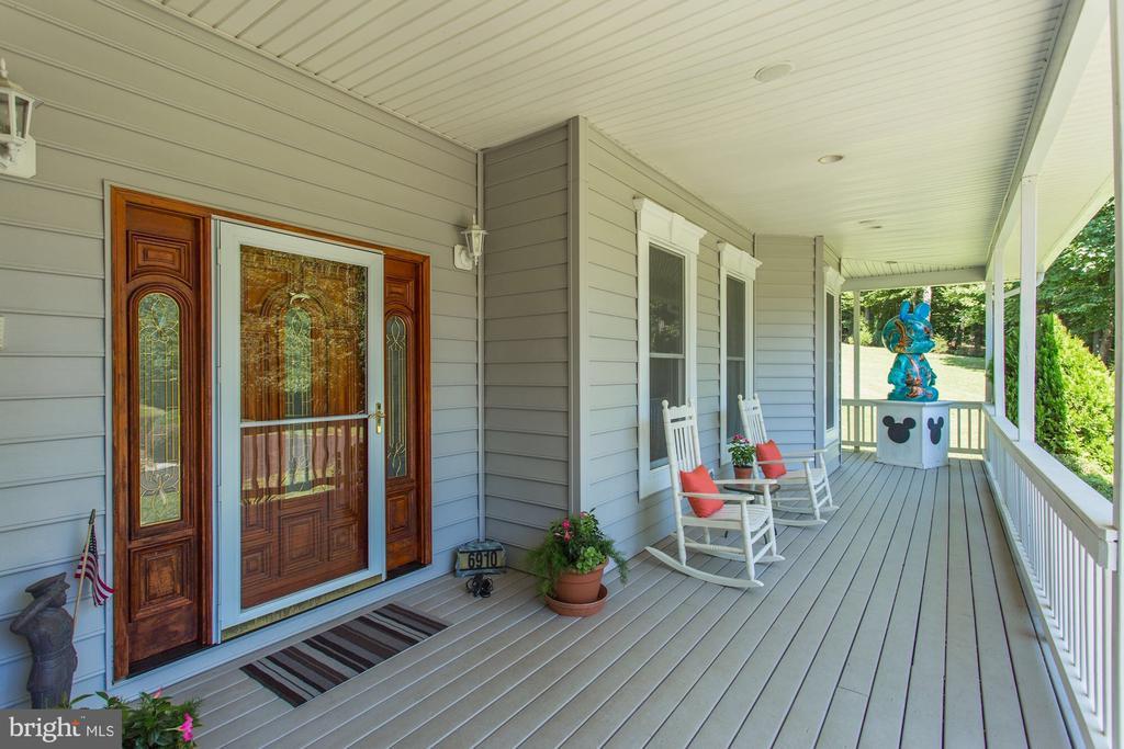 Expansive wrap around front porch - 6910 SCENIC POINTE PL, MANASSAS
