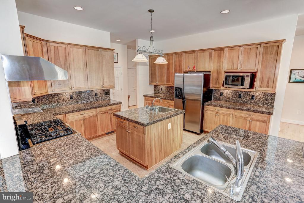Gourmet kitchen with  granite tops - 6910 SCENIC POINTE PL, MANASSAS