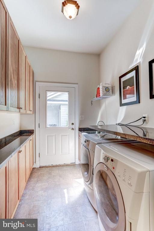 Main level laundry room - 6910 SCENIC POINTE PL, MANASSAS