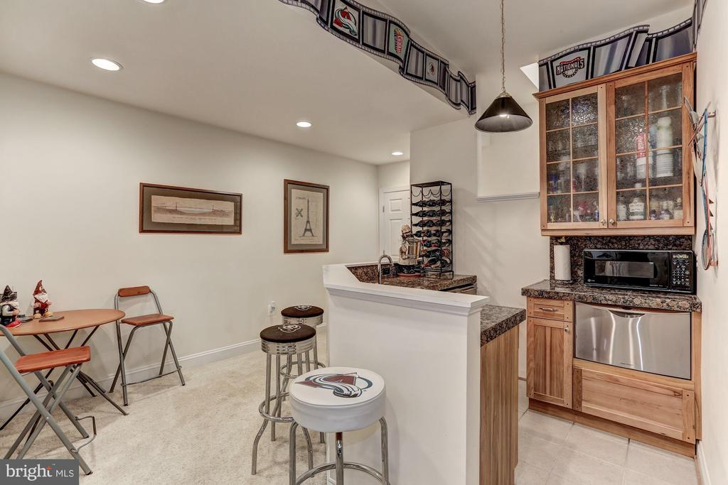 Bar area for entertaining with dishwasher addition - 6910 SCENIC POINTE PL, MANASSAS