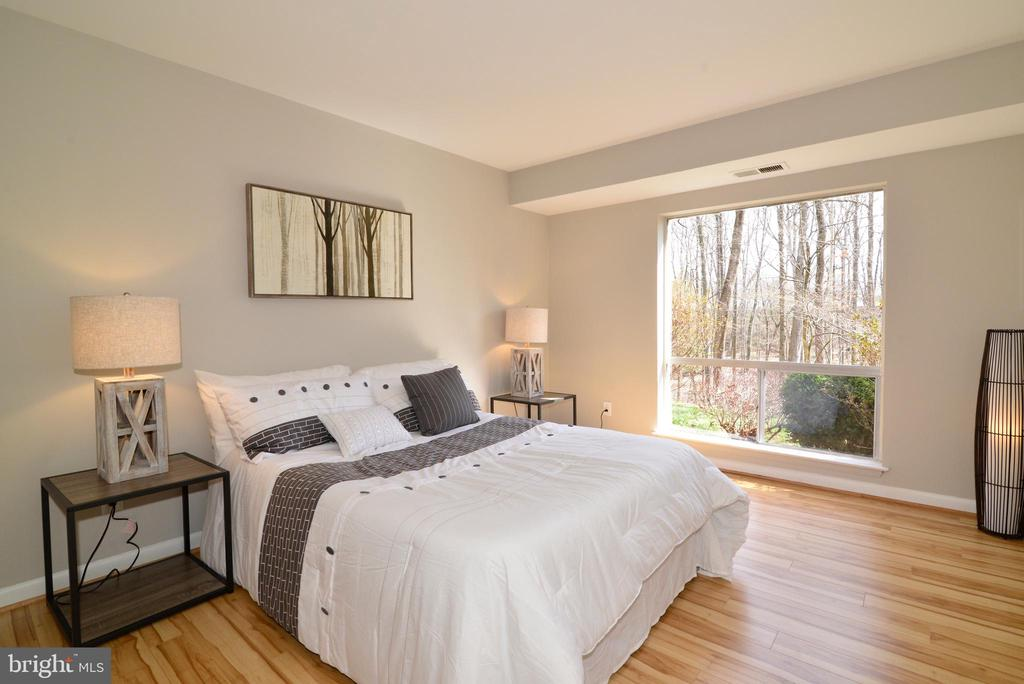 Master Bedroom with Sunny Window. - 11623 VANTAGE HILL RD #1A, RESTON