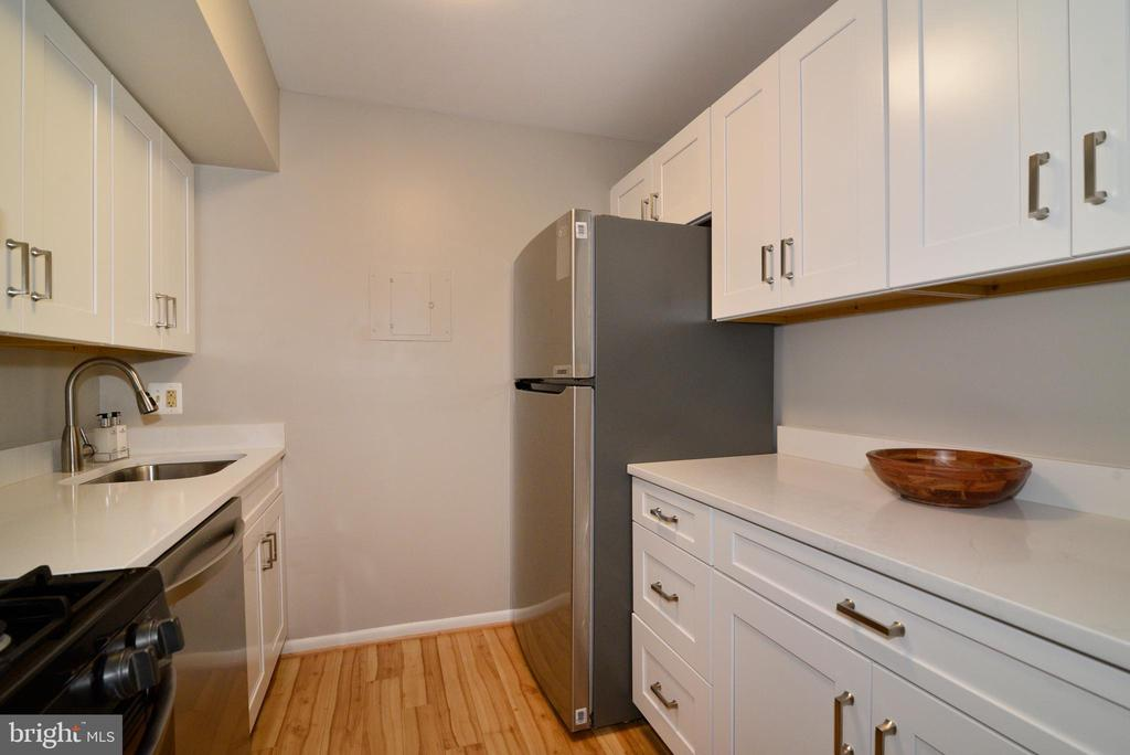 Remodeled Kitchen: Quartz Countertops. - 11623 VANTAGE HILL RD #1A, RESTON