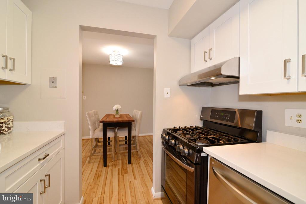Remodeled Kitchen: Soft Close Cabinetry. - 11623 VANTAGE HILL RD #1A, RESTON