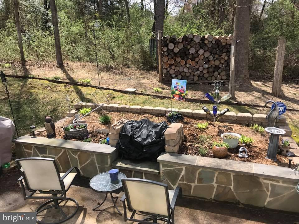 Rear private patio with raised stone bed & firepit - 9416 EVERETTE CT, SPOTSYLVANIA