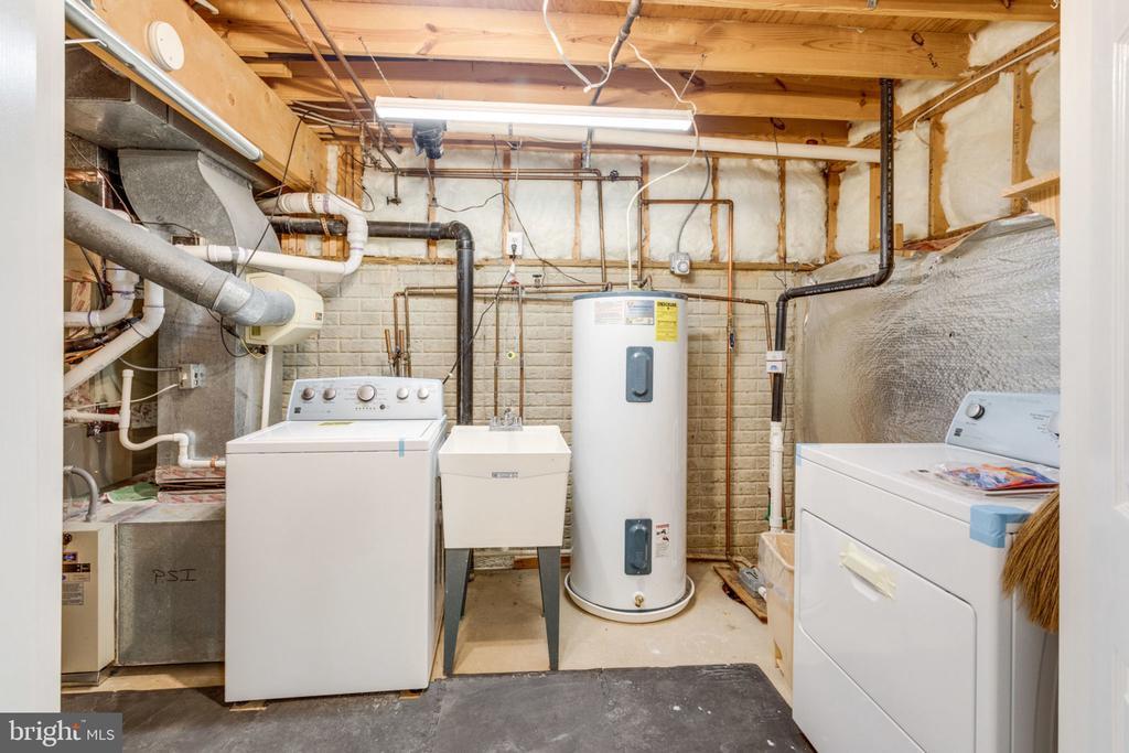 New washer/Dryer in the baseement - 6536 NOVAK WOODS CT, BURKE