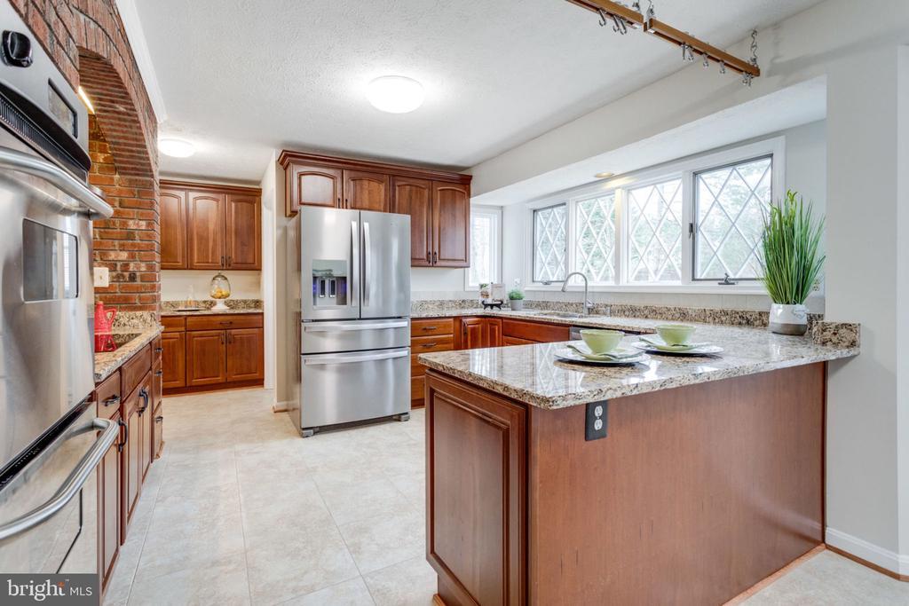 Bright kitchen wt Breakfast area. - 6536 NOVAK WOODS CT, BURKE