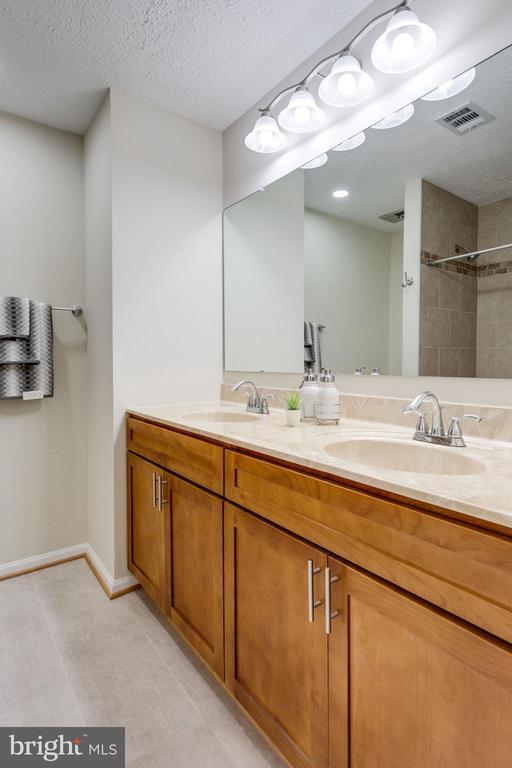 New updated /remodeled hallway bath./upper level. - 6536 NOVAK WOODS CT, BURKE