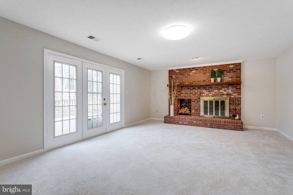Family room w/wood fireplace & exit to Back yard d - 6536 NOVAK WOODS CT, BURKE
