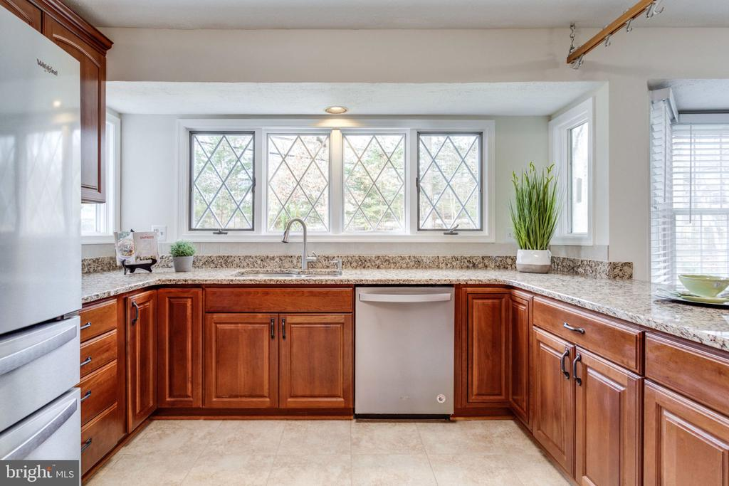 large window tree view in the kitchen . - 6536 NOVAK WOODS CT, BURKE