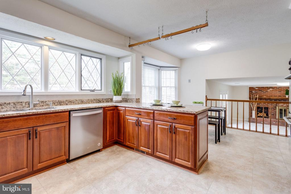 large window tree view in the kitchen. - 6536 NOVAK WOODS CT, BURKE
