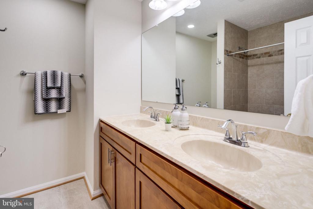 New updated /remodeled hall way bath. - 6536 NOVAK WOODS CT, BURKE