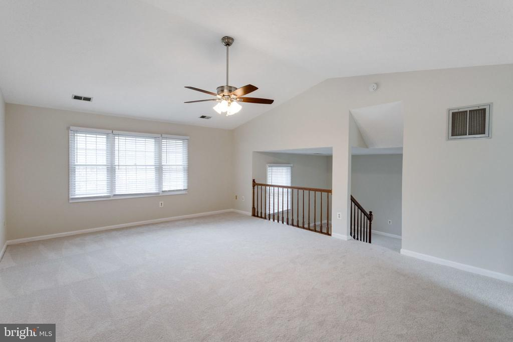 Cozy master bedroom with library/sitting room. - 6536 NOVAK WOODS CT, BURKE