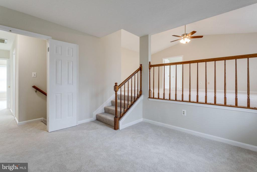 Upper-level home to large MBR w/vaulted ceiling, - 6536 NOVAK WOODS CT, BURKE