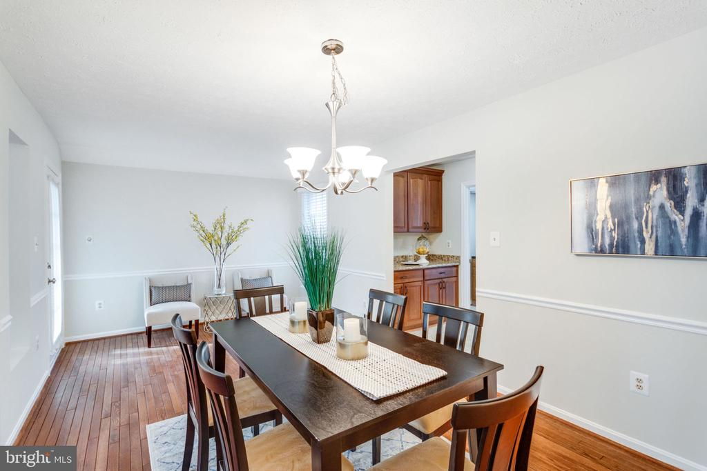 Big size dining room exit to the French deck in Fr - 6536 NOVAK WOODS CT, BURKE