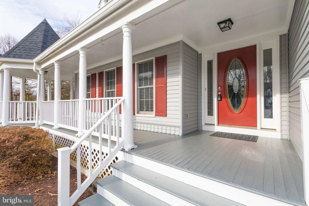 Beautiful french style side deck at the front. - 6536 NOVAK WOODS CT, BURKE
