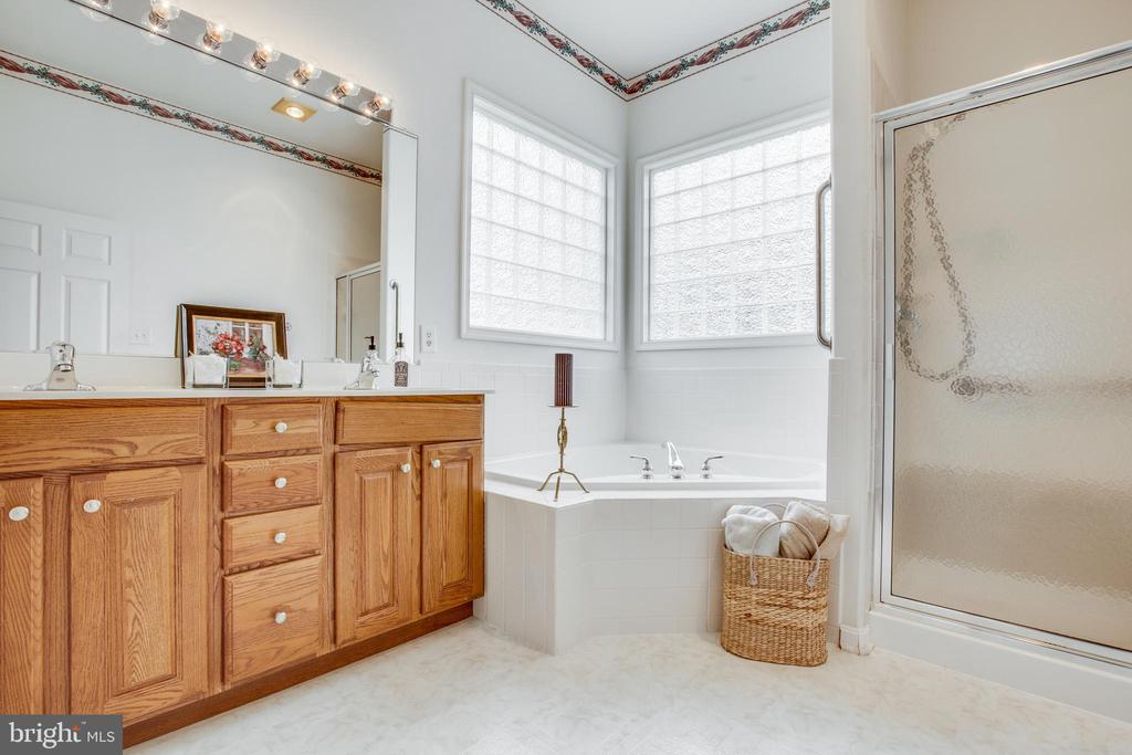 En-Suite Bath with Soaking Tub and Shower - 11303 MANSFIELD CLUB DR, FREDERICKSBURG